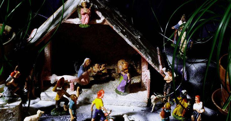 """Como fazer um diorama de um presépio com uma caixa de sapato. Faça o seu próprio diorama de presépio para uma decoração de Natal em sua casa. A cena do nascimento de Cristo é uma história e imagem que a maioria das pessoas reconhecerá; por isso, ao incluir as figuras de Maria, José e Jesus na manjedoura, as pessoas reconhecerão quando virem seu diorama. Use uma caixa de sapato como o """"palco"""" para seu diorama ..."""