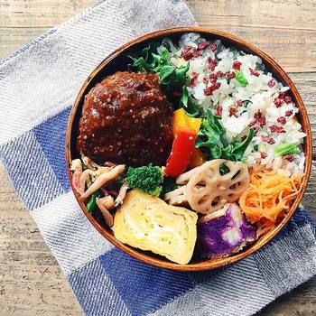 ハンバーグおべん。 丸いお弁当箱に丸いハンバーグがかわいい♪ ご飯の色も鮮やかです。
