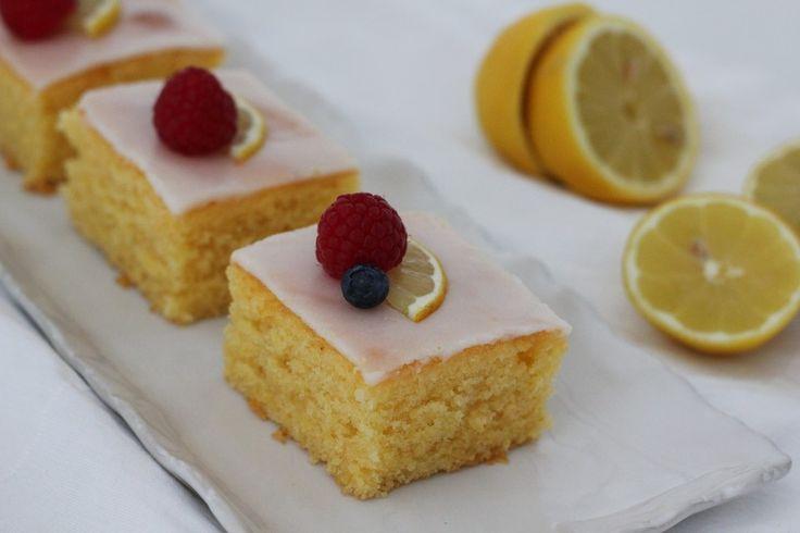 Saftiger Zitronenkuchen, ein raffiniertes Rezept aus der Kategorie Backen. Bewertungen: 696. Durchschnitt: Ø 4,6.