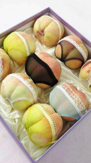 Comerciante veste pêssegos com lingerie