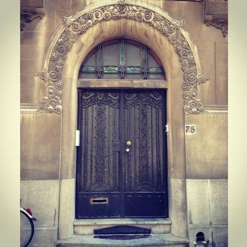 Ik denk dat ik een afwijking heb, naast het dagelijks posten van een mooie deur :-) Ik kan er niets aan doen maar ook hier zie ik een gezicht in de deur: een knipogende vrouw met zwarte lippen. Juist? (194/365) #gent