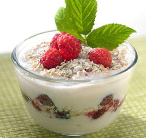 Ennen maustettujen jogurttien aikaa, kotona tehtiin itse viiliä. Raikas Vadelmaviili sisältää marjojen lisäksi hiutaleita.