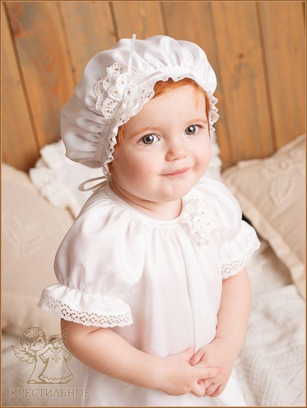 Воздушный беретик из белого шелковистого тенселя, собран на мягкую бельевую резинку, украшен плетеным белым кружевом и цветочком.