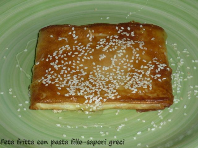 Η φέτα σαγανάκι σε φύλλο είναι ένας παραδοσιακός μεζες της Κρήτης. Μπορεί επίσης να σερβιριστεί σαν ορεκτικό ή επιδόρπιο.