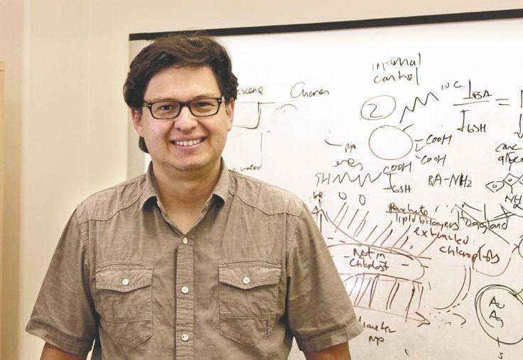 Juan Pablo Giraldo estudió física y biología. Dirige un laboratorio en la U. de California. Ya sabe cómo transformar las espinacas en sensores vivos para detectar explosivos. Ahora sueña con reinventar una buena parte de la naturaleza.
