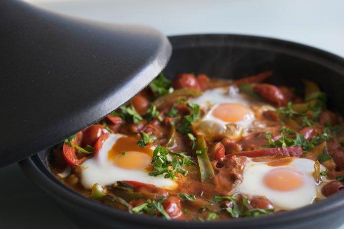 Wel eens gehoord van Shakshuka? Het is een heerlijk gerecht met gepocheerde eieren in een pittige saus van tomaat en groente. Het fijne aan Shakshuka is dat je het als ontbijt, lunch én diner kunt eten. Handig!