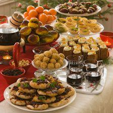 Rummet är fullt av levande ljus och i bakgrunden hörs tonerna av White Christmas. Det doftar av glögg och nyskalade clementiner, och på bordet står en massa godsaker som pepparkaksrutor med osttopping, saffransbriocher med fikonmarmelad, minipizzor med ju