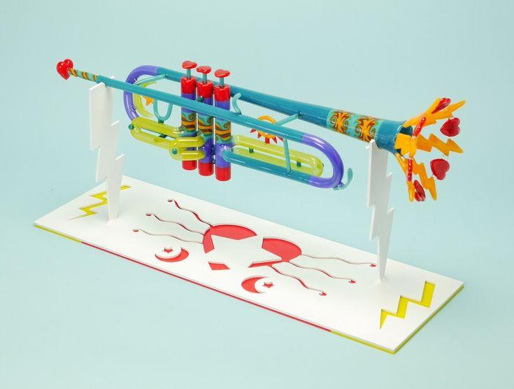 Стеклянная симфония  Скульптор Etai Rahmil создает красочные духовые инструменты в своей студии в Беркли, штат Калифорния. Он мастер – стеклодув, работает традиционными методами и специализируется на многоцветном стекле.  http://www.etairahmil.com/autumn-trumpet