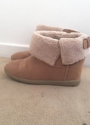 À vendre sur :  http://www.vinted.fr/chaussures-femmes/bottes-and-bottines/32855026-bottines-compensees-camel-bershka