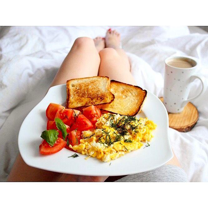 Śniadanie podano do łóżka  Jajecznica z koperkiem, pomidorami i tostami. Do tego oczywiście kawa musi być ☕️---> Zapraszam na moją stronę na fb https://m.facebook.com/eatdrinklooklove/ ❤ . .  Breakfast in bed  Scrambled eggs and dill, tomatoes and toast. For this, of course, the coffee must be ☕️ ---> I invite you to my page on fb https://m.facebook.com/eatdrinklooklove/ ❤