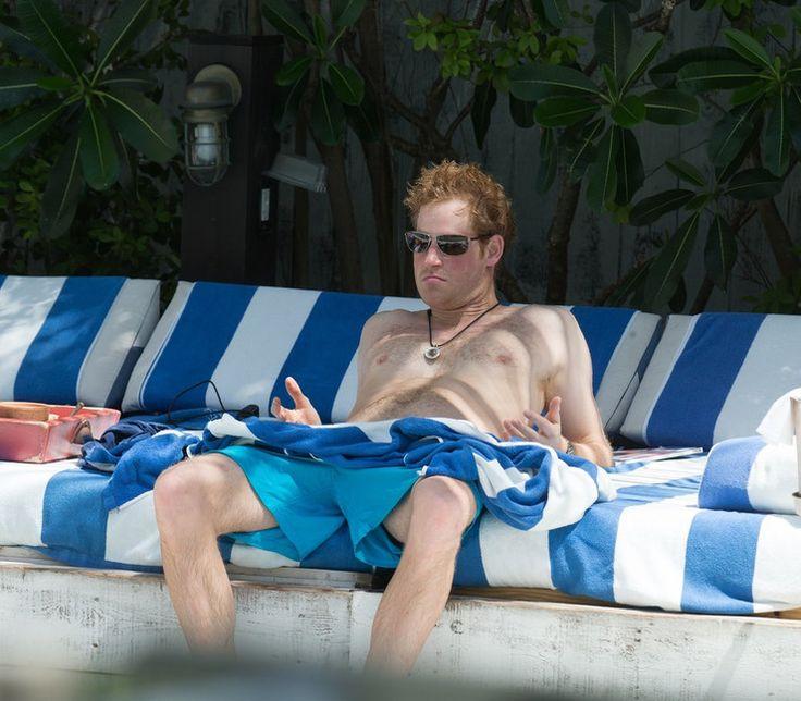 Rodziny królewskie i ich nieoficjalne zdjęcia. Niektóre z pewnością wywołają uśmiech. Książę Harry na basenie w Miami.