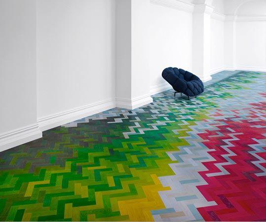 Imaginé par Shay Alkalay et Yael Mer pour Established and Sons, « Wall to Wall » est une installation de sol originale, entre parquet et revêtement textile.