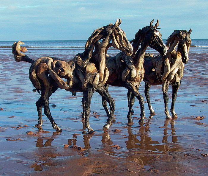 L'artista Heather Jansch realizza splendidi cavalli di legno a dimensione naturale con cortecce d'albero e frammenti di legno che recupera dal mare.