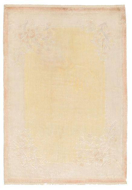 Het tapijt is geheel geknoopt van zijde. De patronen zijn geïnspireerd op de oude Chinese cultuur. Moderne patronen kunnen echter ook voorkomen. Lees hier meer over Chinese tapijten...