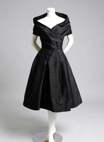 Dior 1955 vestido de cocktail.  Timeless fashion, portrait neckline. Only thing missing is a strand of Pearls:
