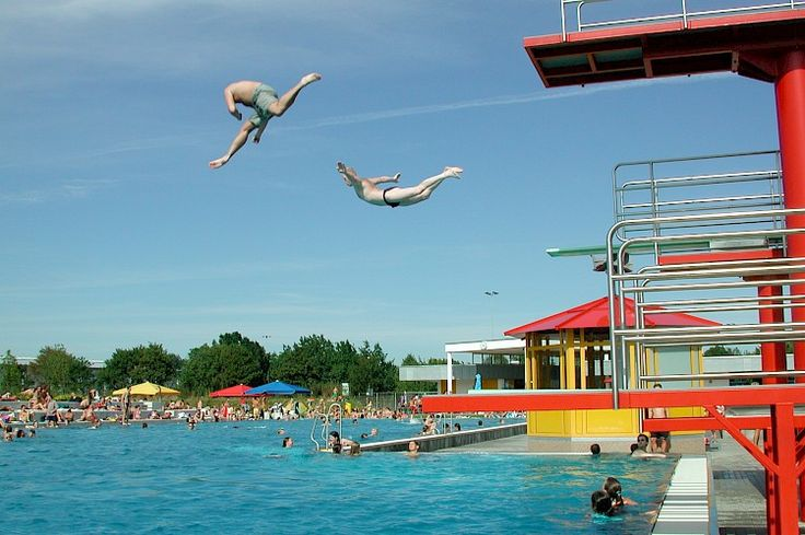 Das Freibad hat insgesamt eine Wasserfläche von etwa 2.000 qm und gliedert sich in einen Erlebnisbereich mit Breitrutsche sowie ein 50 m Schwimmerbecken mit 6 Bahnen und Sprunganlage. Unsere ganz kleinen Gäste können im erlebnisreichen Kinderplanschbecken spielen. Die abwechslungsreiche Wasserlandschaft wird duch einen großzügigen Liegebereich mit Liegewiese und Sonnenterasse ergänzt.  Attraktionen und Ausstattung 50m-Sportbecken Erlebnisbecken mit Breitrutsche Sprunganlage mit 1m- und…