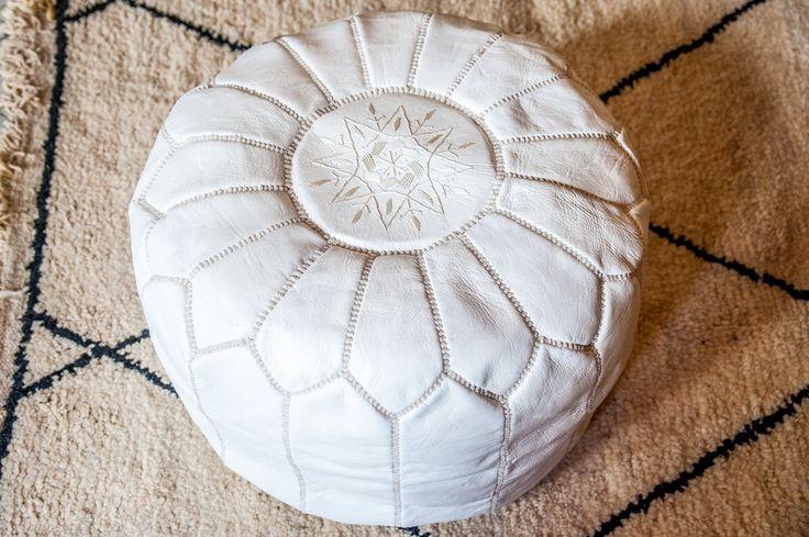 Moroccan leather white pouf design, luxury leather pouf Handmade stitched and embroidered de la boutique MOROCCANPOMPOM sur Etsy