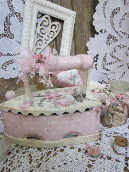 Утюг `Нежность` Продан. Старинный чугунный утюг принарядился...украсит ваш интерьер,привнесет в него нотку розовой нежности.Декупаж.