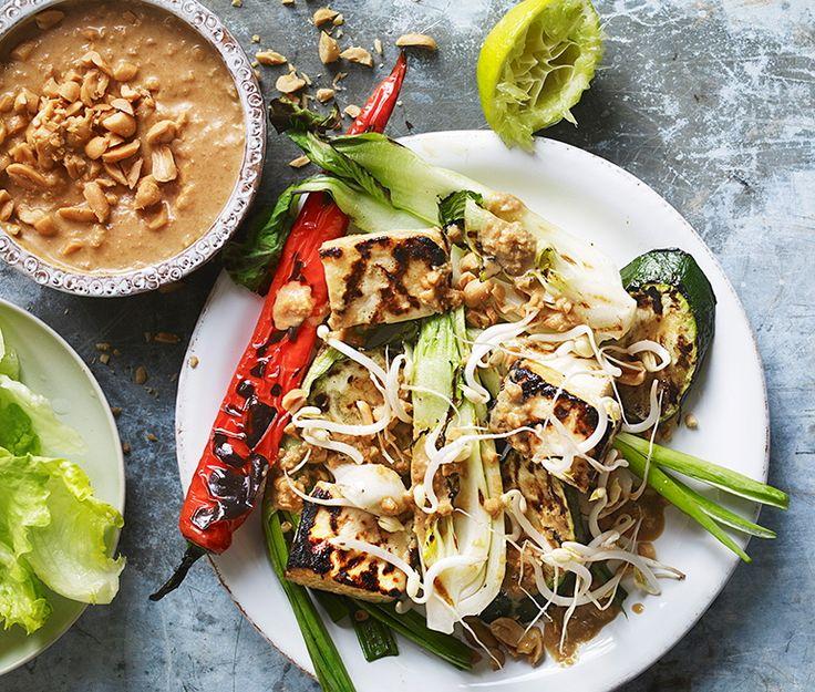 Helgrillad tofu med jordnötssås och grillad färsk lök | Recept ICA.se