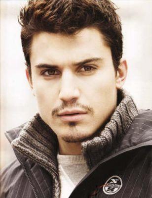 Álex González está en la película Una rosa de Francia. Álex es de Madrid Spain. Él es gracioso.