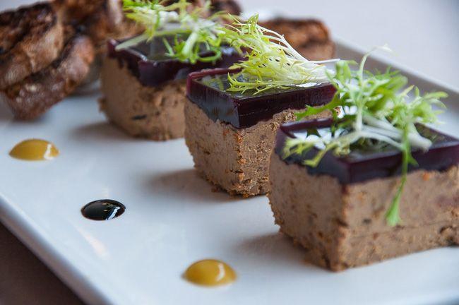 Нежнейший и вкуснейший, очаровательный и привлекательный куриный паштет с микс-салатом и ржаными тостами из чиабатты. Как звучит, как выглядит, а на вкус... Приходите и наслаждайтесь!