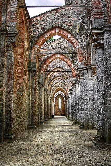 abbazia cistercense di San Galgano , sita ad una trentina di chilometri da Siena, nel comune di Chiusdino.