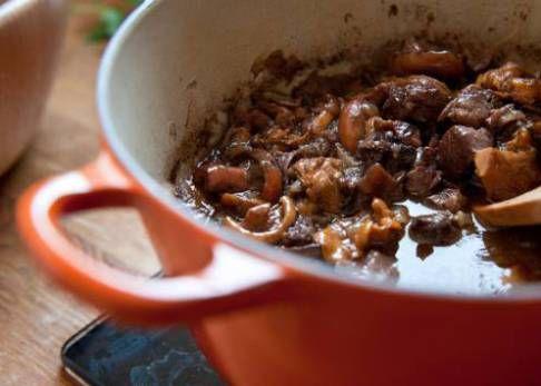 Si te da cosica cocinar sepia, aquí tienes un plato tan sencillo como infalible que acabará con todos tus prejuicios. Y que transformará cualquier comida de diario en un banquete.