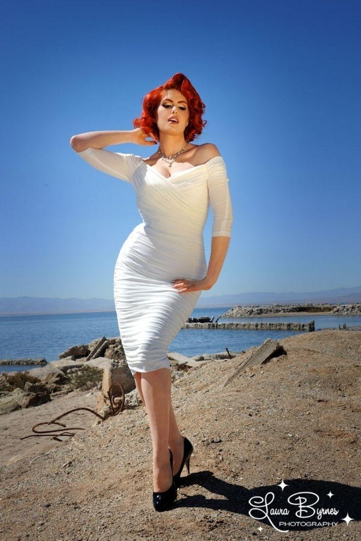 De 50s Monica Dress in Antique Off White is de exclusieve limited collectie van Laura Byrnes Black Label! Dit label is de luxe collectie van eigenaresse en designer van Pinup Girl Clothing. Haar liefde voor kwaliteit, pasvorm en vintage design vind je hierin terug! Een wonder van een 'wiggle' jurk die ons sterk doen denken aan één van de prachtige jurken die Marilyn Monroe ooit gedragen heeft! Het prachtige overslag borstgedeelte is afgezet met transparante elast...