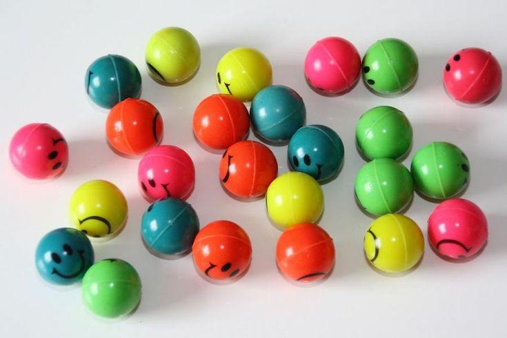 Voorbereiding (1 week): verzamel een heleboel ballen van alle vormen en maten in de klas en benadruk dat jullie er in de klas mee gaan exper...