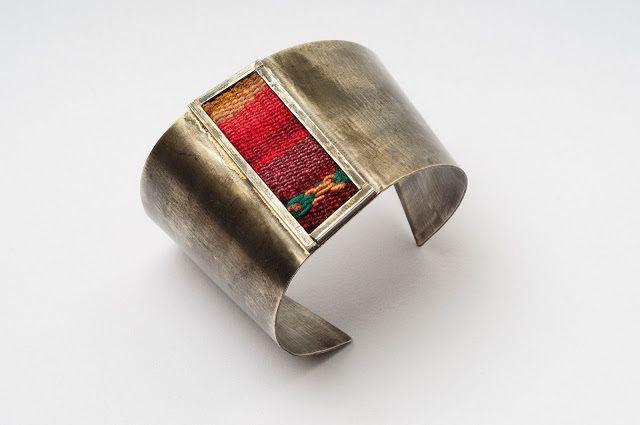 Brazalete de metal con telar aguayo - KUM Art & Design