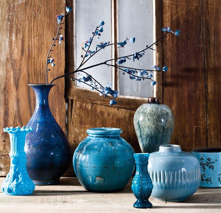 El AZUL*  es el nexo de unión de esta colección de jarrones tan diferentes. Decorar con colecciones · ElMueble.com · Escuela deco