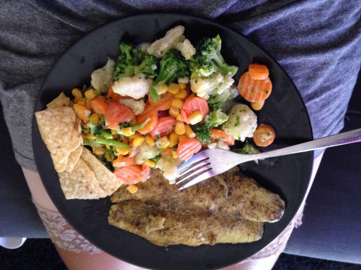 Pescado bada a la plancha, aderezado con sal, pimienta, orégano y ajo!! Acompañado de vegetales hervidos!!