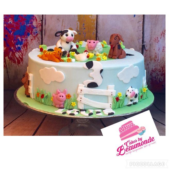 Boerderij taart met handgeboetseerde dieren (koe, schaap, hond, kat, kip en eendjes).
