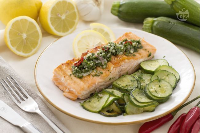 Il salmone grigliato con salsa al prezzemolo è un secondo piatto a base di tranci di salmone grigliati insaporiti con una salsa aromatica.