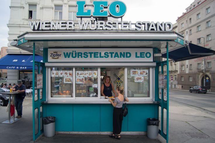 """Was sich heute modernerweise """"Streetfood"""" nennt, dafür ist die Bundeshauptstadt bis weit über die Landesgrenzen bekannt – nämlich für ihre Würstelstände. Doch nicht nur Käsekrainer, Hotdog und Co. bringen die Menschen dazu, unterwegs zu essen, mittlerweile gibt es ein ausdifferenziertes Imbiss-Angebot auf Wiens Straßen. Leberkäse, Döner und Indisch to go sind Fixpunkte im Streetfood-Kosmos. Foto: Eike Mantel."""