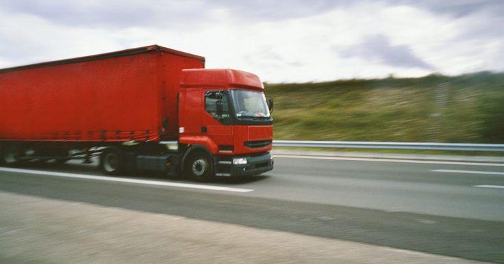 Cómo hacer los cambios en un camión Mack. Los camiones Mack utilizan transmisiones hechas por diferentes fabricantes para que los compradores de camiones puedan conseguir el camión preciso para cada trabajo. Los camiones usados por un transportador especializado de equipo muy pesado necesitan muchos cambios hacia adelante para mantener las revoluciones del motor en la banda de potencia, ...