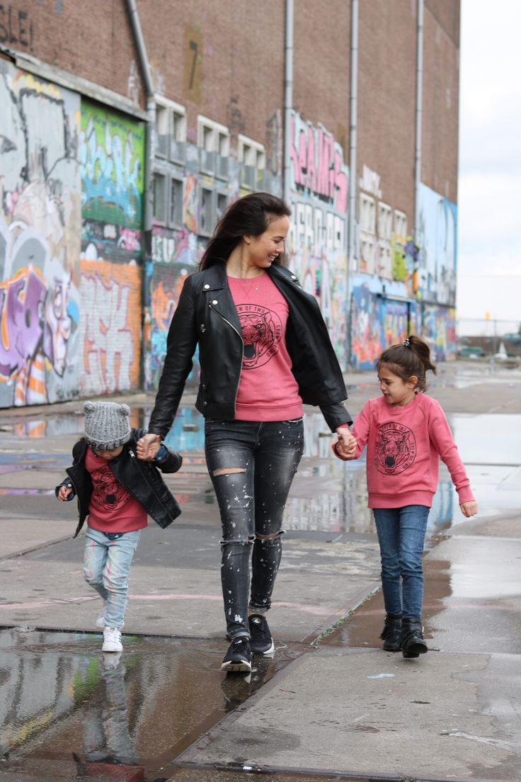 Perfect voor stoere rockchicks!  De roze sweater voelt zacht aan en is gemaakt van organic cotton. De zwarte tijger print is exclusief ontworpen voor Crew Of Two en zorgt ervoor dat kleding matchen met je mama of papa absoluut niet saai is.    De maten staan gelijk aan de leeftijden van de kinderen. 3/4 jaar, 5/6 jaar en 7/8 jaar.