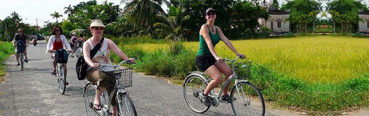 Randonnée à vélo au Sri Lanka.  Des routes sinueuses à flan de collines aux grandes routes des plaines, les amateurs de la petite reine seront ravis des possibilités qu'offre l'île. C'est sans doute l'un des meilleurs moyens de découvrir le pays lors de votre voyage au Sri Lanka. Les routes sont de bonne qualité et permettent un accès aisé. Dans le nord, prenez votre vélo pour faire le tour des ruines mythiques d'Anuradhapura.