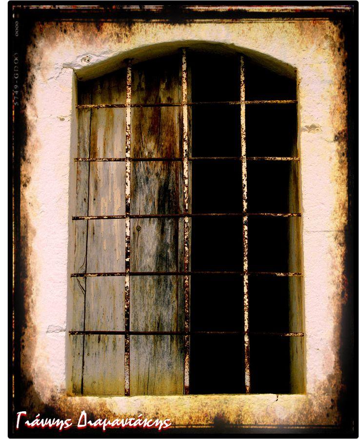 Παραθύρι σκοτεινό...σ' ένα σπίτι αδειανό...