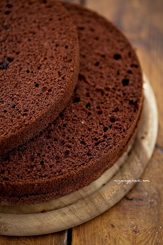 Biszkopt genueński czekoladowy  Składniki:      6 dużych jajek (bez rozdzielania na białka i żółtka)     150 g drobnego cukru do wypieków     1 łyżeczka ekstraktu z wanilii     120 g mąki pszennej     50 g kakao     40 g masła