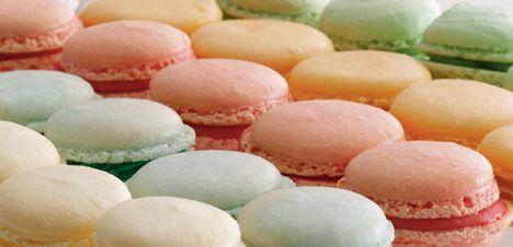 Franske makroner Macarons er klassiske franske kager, som findes i alskens farver og størrelser. Læg dem sammen med creme i matchende pastelfarver.