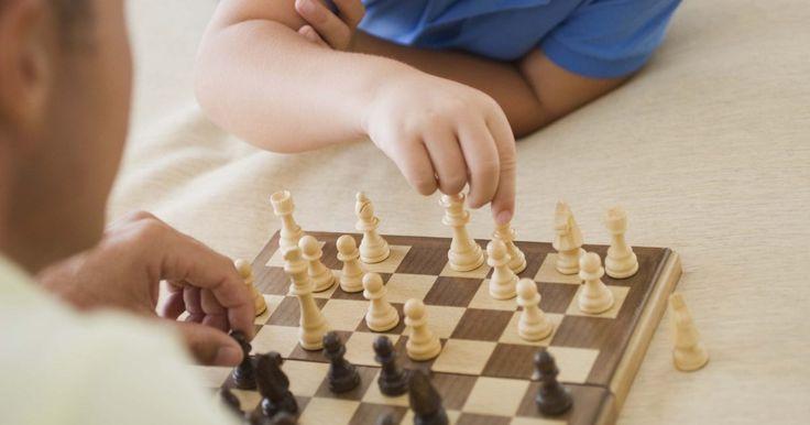 Juegos para estimular el pensamiento lógico en los niños. El pensamiento lógico es un proceso mental que se aprende en el cual se usa el razonamiento consistentemente para sacar una conclusión, según Audiblox. Los niños pueden empezar a aprender los procesos secuenciales del pensamiento lógico antes de comenzar la escuela. Los juegos que fomentan el pensamiento lógico ayudan a los niños con la resolución ...