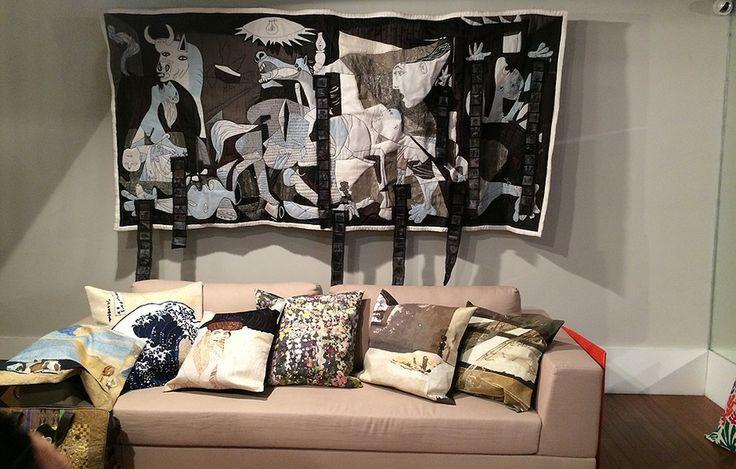 O grande painel de tecido é uma leitura da obra Guernica, de Pablo Picasso, feita pela designer Louise Lobo