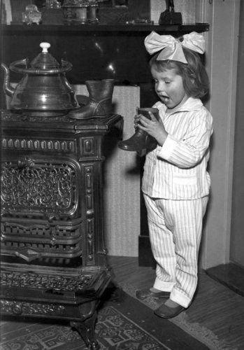 Onbekend | Ter gelegenheid van de verjaardag van Sint Nicolaas (Sinterklaas): meisje dat haar schoentje zet, zingt sinterklaasliedje. [1933]