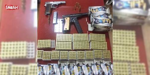 Yağ tenekeleri ve un çuvalları arasından çıkanlar şaşırttı: Tekirdağ'ın Çorlu ilçesinde polis ekiplerince bir baklavacı dükkanında yağ tenekeleri ve un çuvalları arasında gizlenmiş 800 adet mermi ve 2 adet ruhsatsız tabanca ele geçirildi.