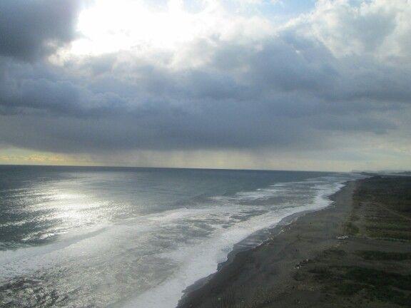 Hermosa y larga playa. Y la lluvia que se viene