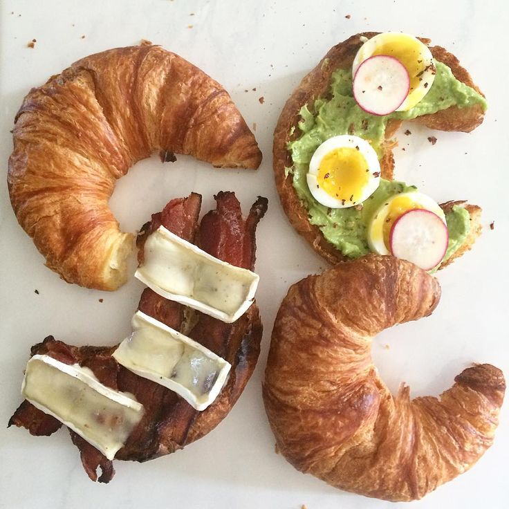 I had some leftover guacamole from last night, so this morning we enjoyed these little beauties. Have a wonderful day!! #baconday #croissant #sandwich @zimmysnook