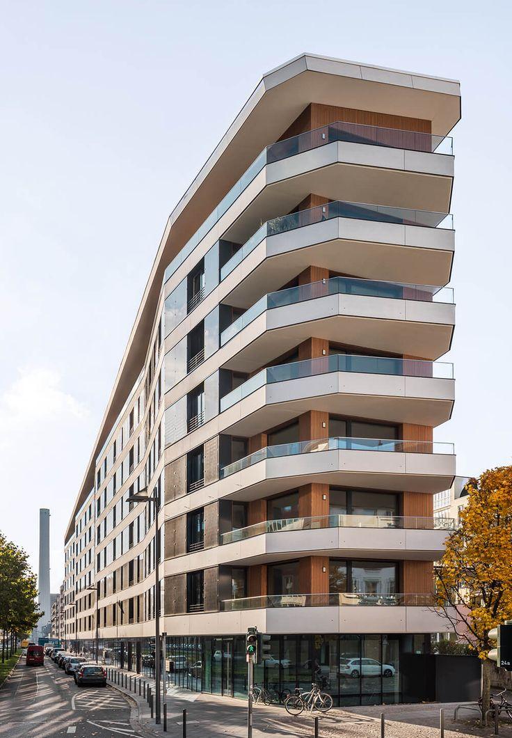 Das Aktiv-Stadthaus in #Frankfurt am Main ist ein Mehrfamilien-Wohnhaus, das den #Effizienzhaus Plus-Standard erfüllt. Es erzeugt im Jahresverlauf mehr #Energie, als seine Bewohner verbrauchen. Sicht- und Hitzeschutz bieten Außenjalousien / #Raffstoren vom SonnenLichtManager WAREMA.