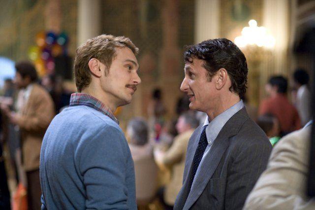 Still of Sean Penn and James Franco in Milk (2008)