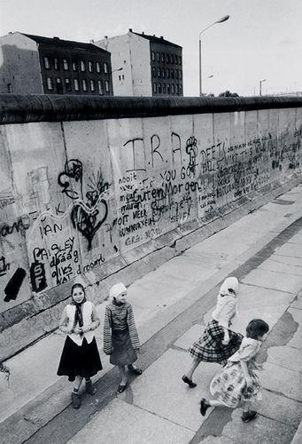 Berlin | Geteilte Stadt. Türkische Mädchen im West Berliner Mauer. 1987